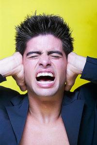 Acouphène et bourdonnements, les lendemains de concert peuvent être très durs. Une seule solution, les bouchons d'oreille.